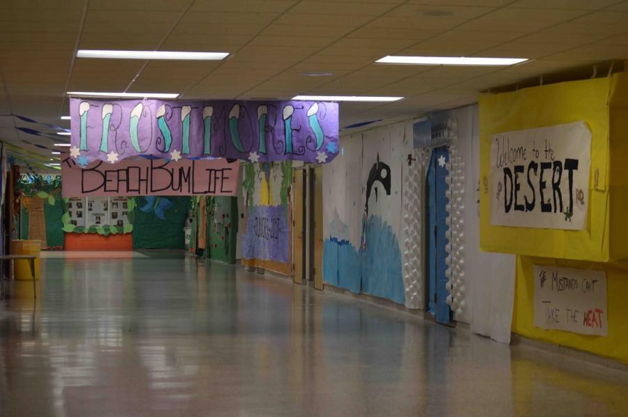 Cheerleaders decorate hallways for 2015 Homecoming