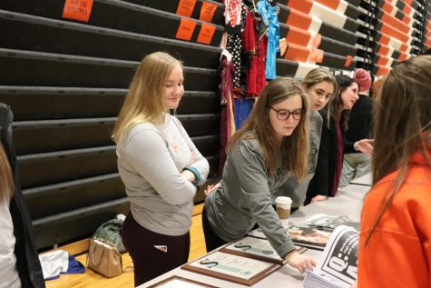 Members of publications staffs introduce themselves to incoming freshman. Freshman orientation was on Mon. Jan. 4.