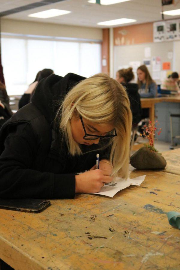 Senior+Elsa+Nylander+practices+her+drawing+skills.+On+Dec.+9+art++students+began+working+on+metal+filling.+