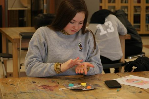 Junior Maddie Kazmierski participates in her art class. On Feb. 28 sculpture and drawing students make clay mask.