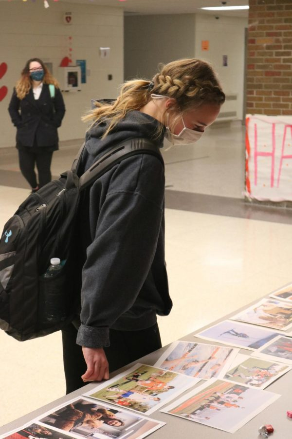 Sophomore Tammy Craven examines the pictures at the Publication Q&A on Feb 10.