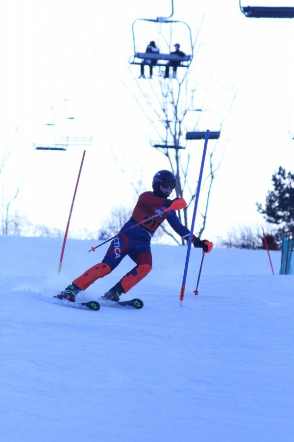 Making+his+way+down+the+hill%2C+sophomore+Joshua+Brott+approaches+a+gate.+On+Jan+27+the+Alpine+Ski+Team+raced+at+Mt.+Holly.+